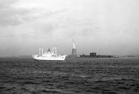 Schiff vor Liberty Island in New York, 1962 Juergen/Timeline Images