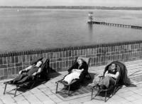 Sonnenbad im Freibad Wannsee, 1936 Timeline Classics/Timeline Images