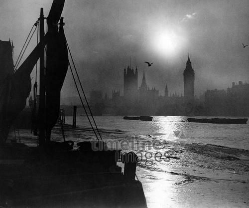 Sonnenuntergang an der Themse in London, 1930er Jahre Timeline Classics/Timeline Images