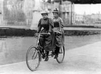 Tandemfahrerinnen in Berlin, 1905 Timeline Classics/Timeline Images