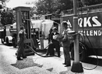 Tankstelle in Berlin-Wannsee, 1934 Timeline Classics/Timeline Images