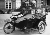 Taxi mit Fahrgästen in Berlin, 1925 Timeline Classics/Timeline Images
