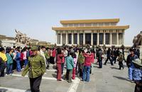 Touristen vor dem Mao Zedong Mausoleum in Peking, China, 1988 Raigro/Timeline Images