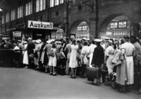 Warteschlange am Stettiner Bahnhof in Berlin, 1935 Timeline Classics/Timeline Images