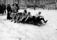 Wintersport in Eaux-Bonnes: Rodelmannschaft mit acht Personen am Start ullstein bild - M. Rol/Timeline Images