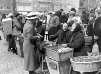 Wochenmarkt in Jena, 1936 Timeline Classics/Timeline Images