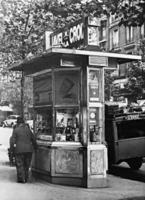 Zeitungskiosk in Paris, 1937 Timeline Classics/Timeline Images