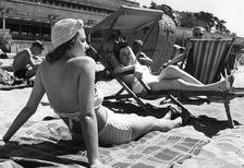 Zwei junge Frauen am Strandbad Wannsee, 1939 Timeline Classics/Timeline Images