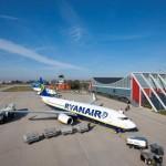 Ryanairmaschine vor dem Terminal des Allgäu Airports