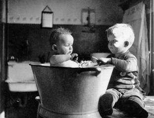 Das Bild Ist Bei Unserer Ahnenforschung Wiederentdeckt Worden Und Spielt In  Einem Norddeutschen Badezimmer Um Das Jahr Ca. 1940.