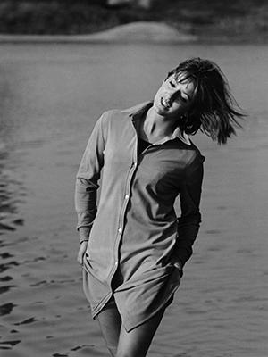 Das Model Ricarda posiert an einem hei?en Sommertag f¸r ein Foto am Isarufer bei M¸nchen.
