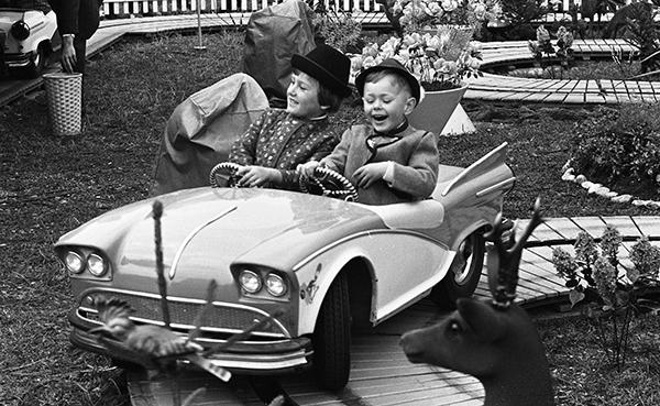 Zwei lachende Kinder im Auto eines Fahrgesch‰ftes auf dem Oktoberfest in M¸nchen.