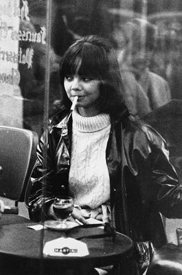 Junge Pariserin im Existentialistencafe Cafe de Flore in Paris