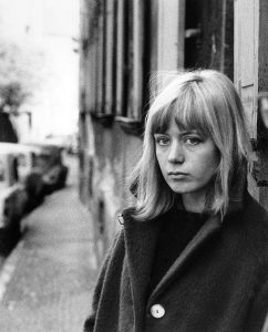 Portrait einer jungen Schwabingerin mit Mantel in München.